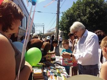 В Астрахани на вокзале пассажирам раздавали книги