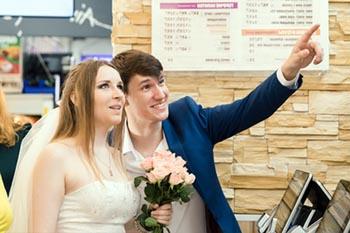 Астраханцы могут бесплатно справить свадьбу в фастфуде