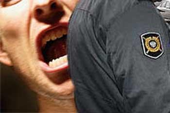 На астраханца, покусавшего полицейского, повесили уголовное дело