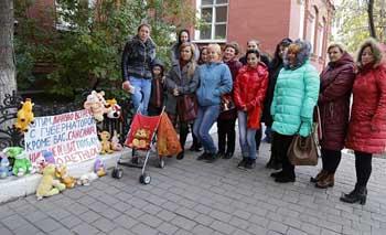 В Астрахани мамы возложили детские игрушки к зданию Думы