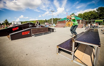 «Какого фига ты здесь катаешься?». Астраханский яжеотец выгоняет подростков из скейт-парка. Видео