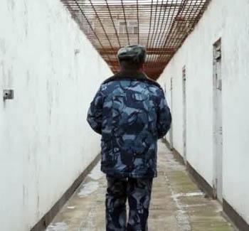 Астраханский тюремщик сговорился с арестантом и пошёл под суд