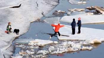 Служба спасения в один день выезжала снимать детей со льдин по двум адресам