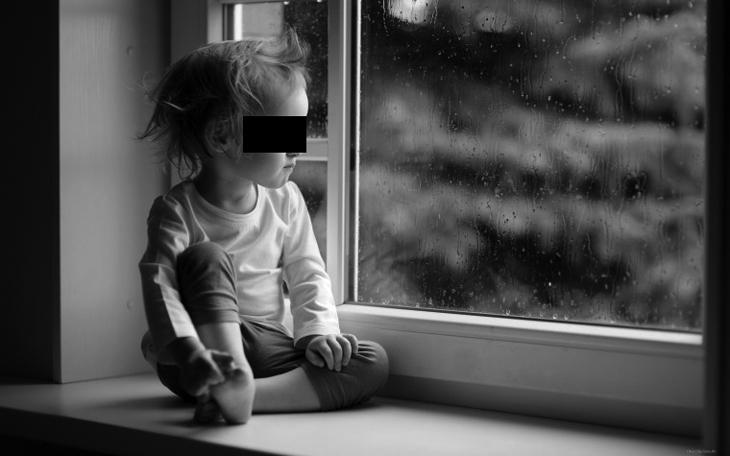 В Астрахани с пятого этажа выпал ребёнок