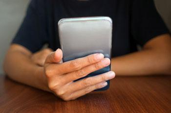Престарелая преподавательница украла мобильник в кафе в Астрахани
