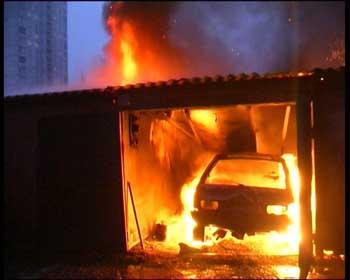 В Астрахани на улице Надзянова сгорел гараж с автомобилем