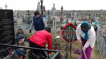 Началовские школьники поработали на кладбище