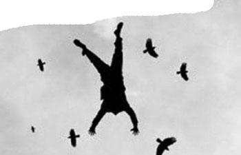 Решив помочь, мужчина насмерть разбился под Астраханью, упав с крыши