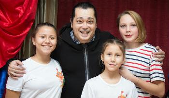 Астраханские сироты встретились с певцом Игорем Наджиевым