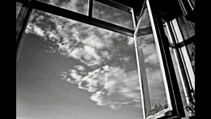 В Ахтубинске погибла выпавшая из окна пенсионерка