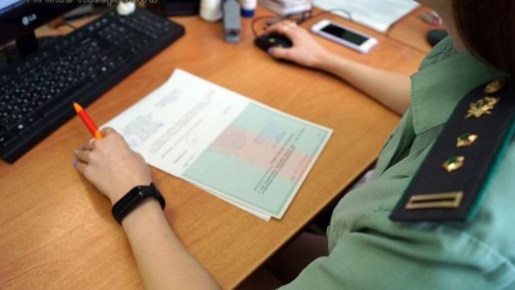 Астраханский пристав помогла сожителю и сгубила свою карьеру