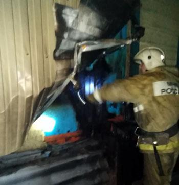 На двух пожарах в Астраханской области спасли восемь человек