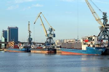 Акваторию Волги в черте Астрахани вновь отравили нефтепродуктами