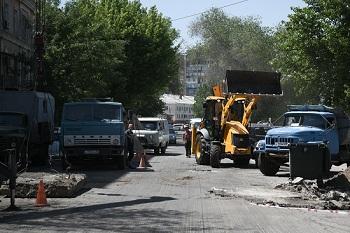 Дорогу от ЗАГСа до Больших Исад ремонтируют, но о «зеленке» забыли