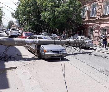 В Астрахани восстановили столбы, упавшие на машины