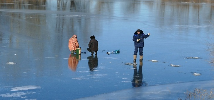 Астраханцы лезут на лед, рискуя жизнью