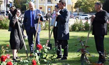 Алёна Губанова и Олег Полумордвинов вместе посадили розы
