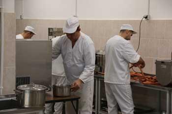 В Астрахани продукты питания и мебель изготавливают заключенные
