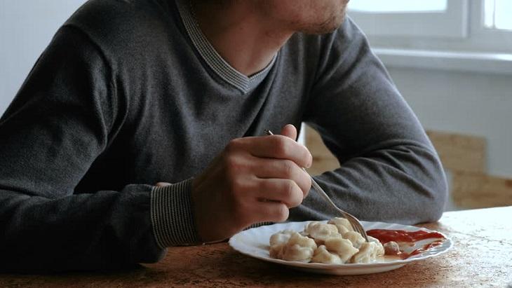 Астраханец пойдёт под суд за обед в чужом доме