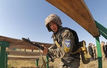 В астраханской степи юношей готовят к армии. Мы сняли видеоминутку