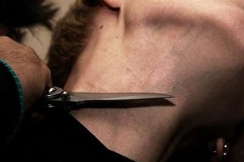 В Астраханской области пьяный мужик воткнул нож в шею подростка