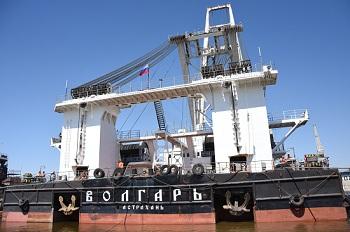 Русский богатырь подвинул к берегу плавучий кран в Астрахани, установив мировой рекорд