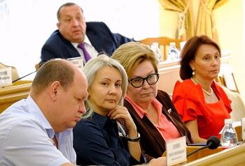 Астраханские депутаты выступили в защиту детей-сирот
