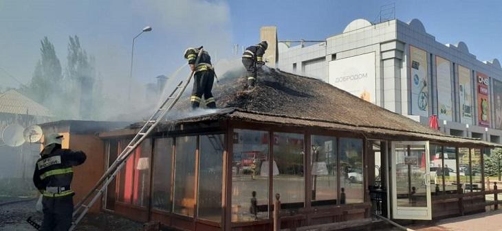 В Астрахани загорелась кровля летнего кафе