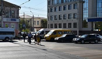 Переходить дорогу у Татар-базара стало проще, проезжать труднее