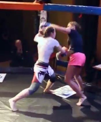 Астраханка победила москвичку на турнире по MMA