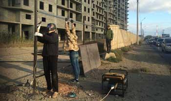 Активисты ОНФ огородили заброшенный недострой в Астрахани, представлявший опасность для детей