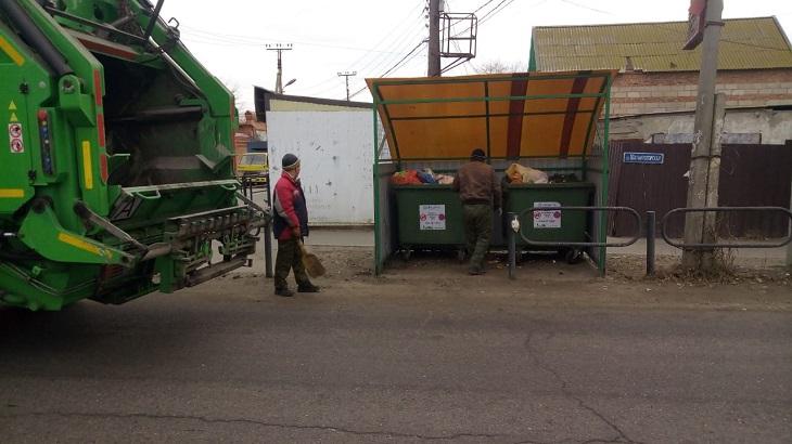 В первый день Нового года «ЭкоЦентр» вывел на улицы Астраханской области более 70 единиц спецтехники