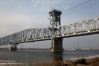 Через Старый мост в Астрахани проехать будет трудно