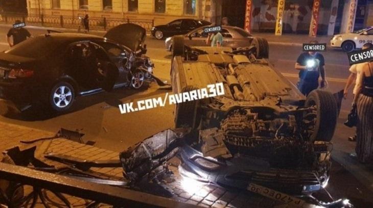 Ночью в Астрахани перевернулся автомобиль