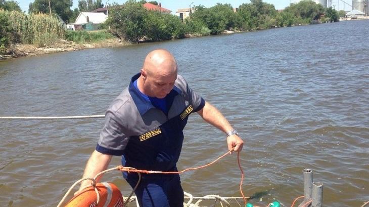 Спасатели помогли трём астраханцам выбраться из воды