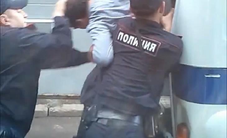 Пьяница ударил астраханского полицейского кулаком в лицо