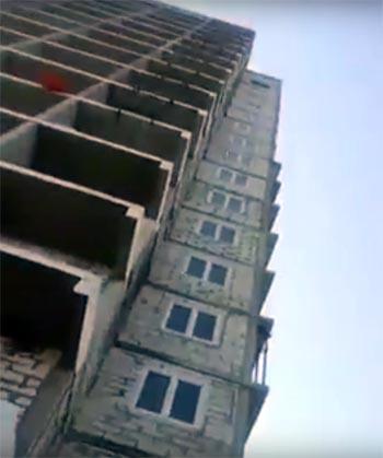 Выпавшее из строящейся многоэтажки в Астрахани окно едва не убило детей