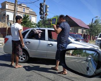 В Икрянинском районе на полном ходу перевернулся автомобиль