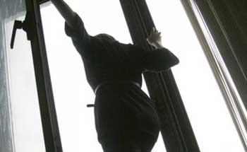 На Пороховой спасли неадекватную женщину, пытавшуюся спрыгнуть с балкона
