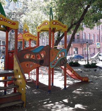 В центре Астрахани разрушается детская площадка