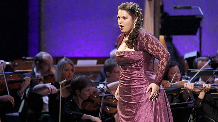 Впечатления оперной дивы Олеси Петровой от Астраханского театра оперы и балета. Сегодня она выступает
