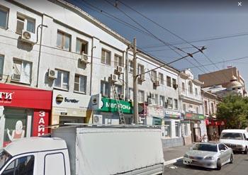 Рухнул потолок в многоквартирном доме в центре Астрахани