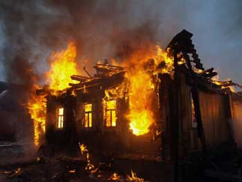 В Советском районе Астрахани горели заброшенное здание и жилой дом