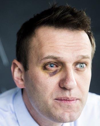 Участники митинга Навального в Астрахани топтали российский триколор