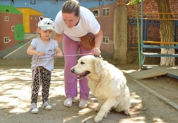 В астраханском центре «Коррекция и развитие» в реабилитации особенных детей помогает собака-терапевт
