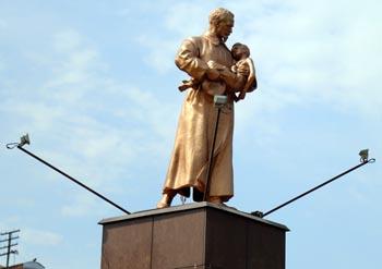 В Астрахани ремонтируют сквер Дзержинского