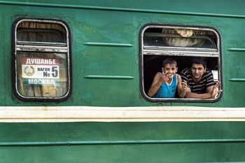 """Снятый с поезда незаконный мигрант пытался """"облагодетельствовать"""" взяткой астраханского пограничника"""