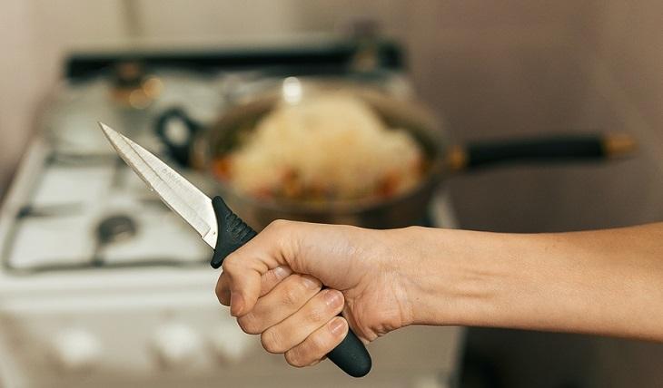 Многодетная астраханка ударила собутыльницу ножом