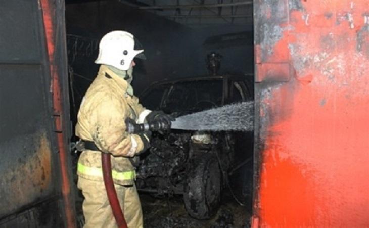 На рассвете в Астрахани вспыхнули гаражи