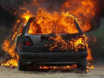 Ночью на Бабаевского от неисправной электропроводки сгорел автомобиль